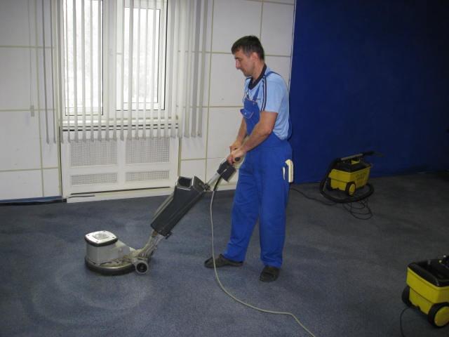 Механическая чистка коврового покрытия