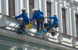 Промышленные альпинисты за работой
