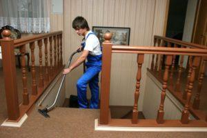 Пропылесошивание - один из этапов уборки коттеджа