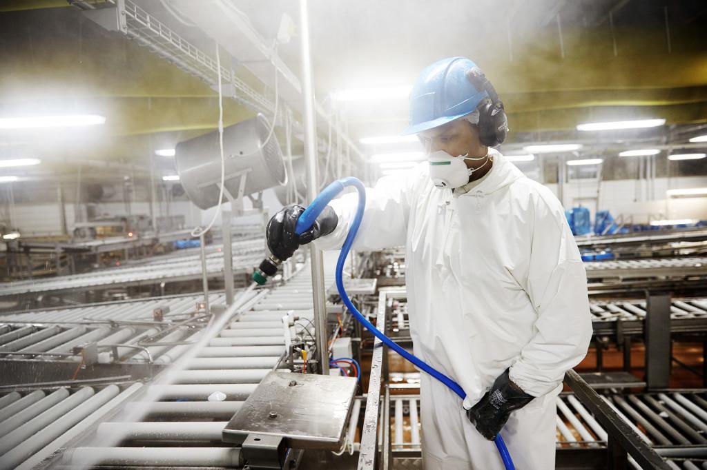 Подача мыльных струй на оборудование промышленного предприятия
