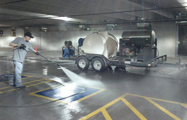 Уборка паркинга с помощью мощных струй воды