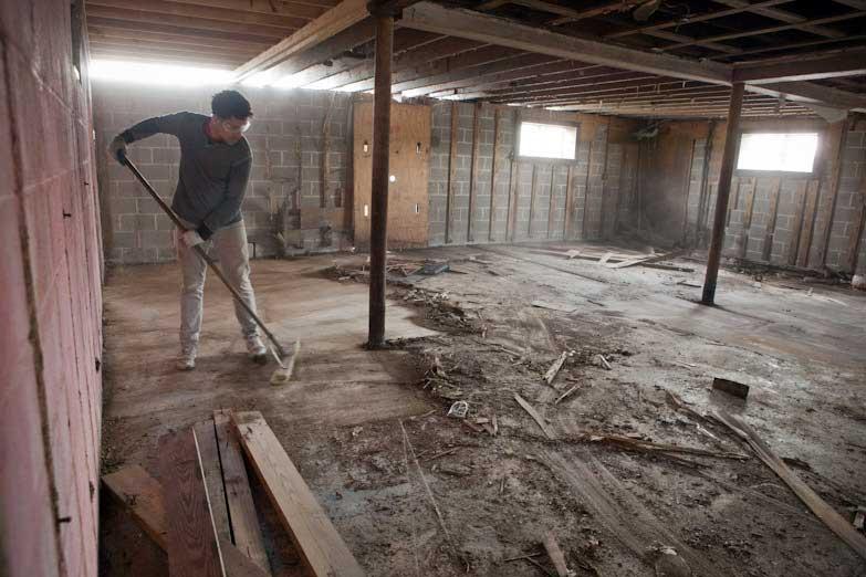 Первый этап уборки подвального помещения