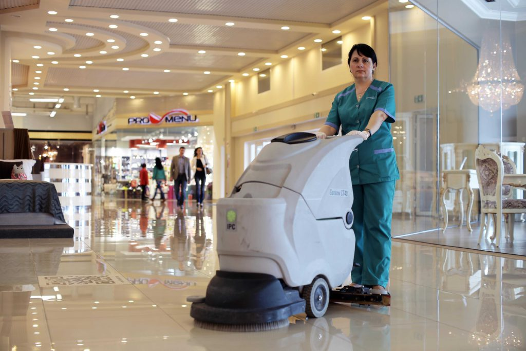 Уборка торговых помещений с помощью поломоечной машины