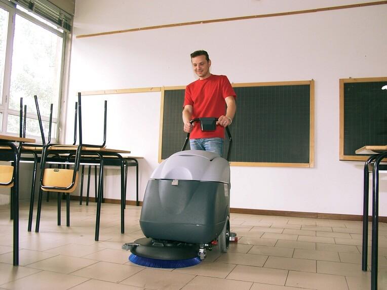 Уборка школьных помещений с помощью поломоечной машины