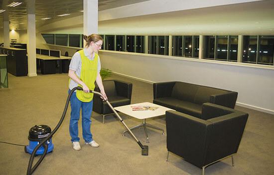 Сухая уборка подвального помещения с помощью пылесоса