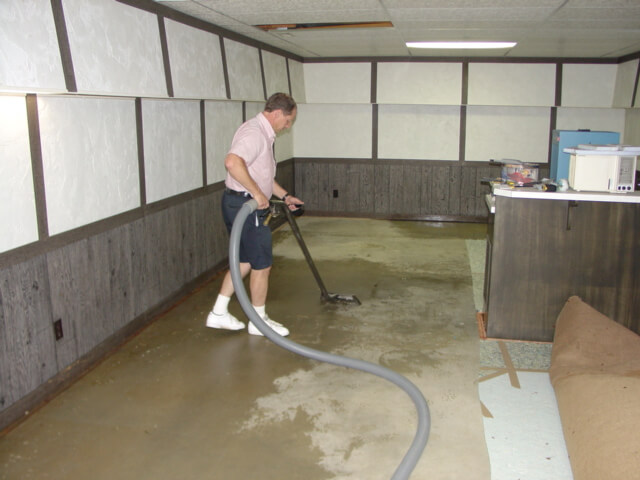 Влажная уборка пола в подвале
